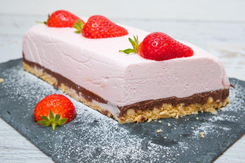 Czekoladowe ciasto jogurtowe truskawkowe dekorowane świeżymi owocami zdjęcie royalty free