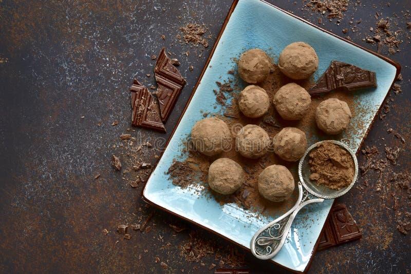 czekoladowe domowej roboty trufle Odgórny widok zdjęcia stock