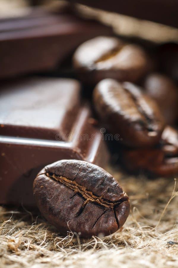 Czekoladowe i kawowe fasole zdjęcie royalty free