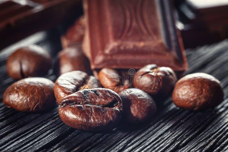 Czekoladowe i kawowe fasole, płytki dof zdjęcie stock