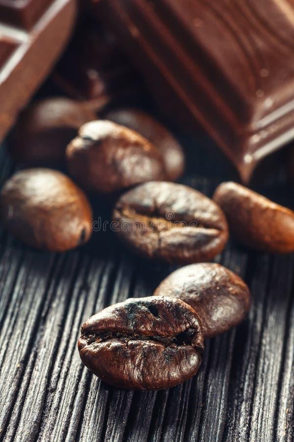 Czekoladowe i kawowe fasole, płytki dof zdjęcia royalty free