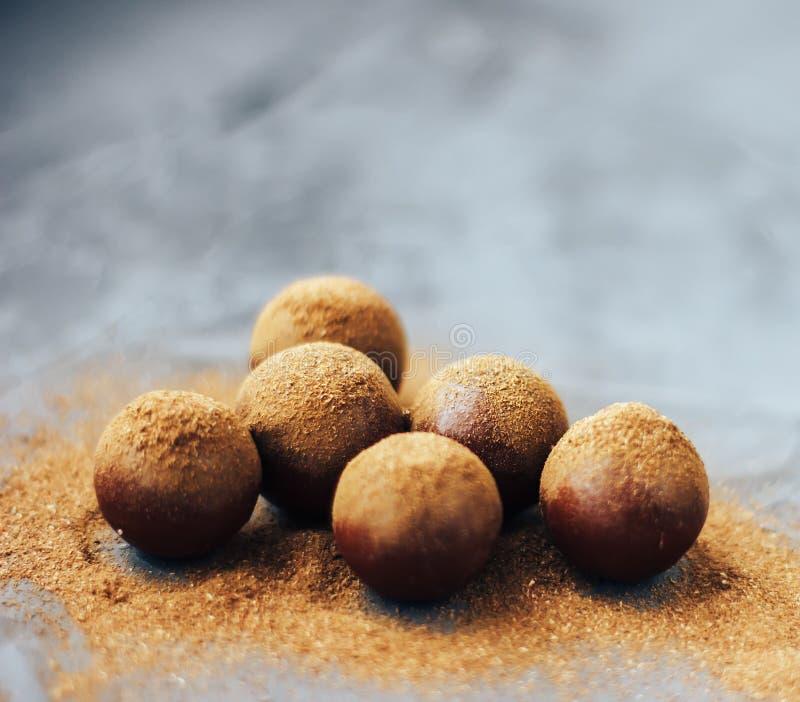 Czekoladowe piłki w cynamonie na stole zdjęcie stock