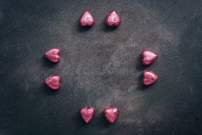 Czekoladowe serce okrągłe na ciemnym tle Walentynki Widok z góry, odstęp między kopiami, płaski układ zdjęcia stock