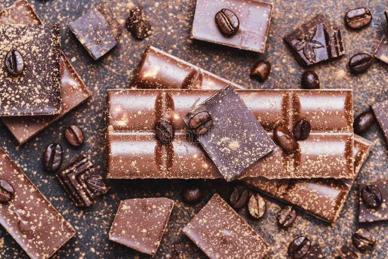 Czekoladowego baru kawałki Tło z czekoladą Słodki karmowy fotografii pojęcie Kawały łamana czekolada obraz stock