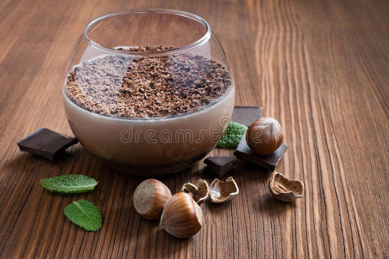 Czekoladowego mousse deser z mennicą i hazelnuts zdjęcia stock