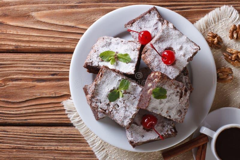 Czekoladowego torta punkt z orzecha włoskiego horyzontalnym odgórnym widokiem obraz stock