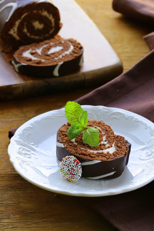 Download Czekoladowego Torta Rolka Z Waniliową śmietanką Zdjęcie Stock - Obraz złożonej z desery, lodowacenie: 28965916