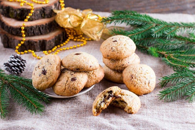 Czekoladowego układu scalonego bożych narodzeń i ciastek dekoracje na drewnianym stole zdjęcie royalty free