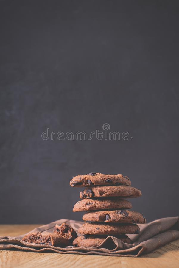 Czekoladowi ciastka na drewnianych stołowych /Chocolate ciastkach na drewnianym stole na ciemnym tle Selekcyjna ostrość fotografia stock