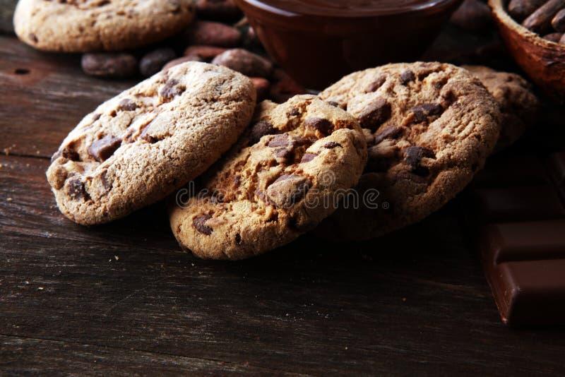 Czekoladowi ciastka na drewnianym stole Czekoladowego układu scalonego ciastek strzał zdjęcie royalty free