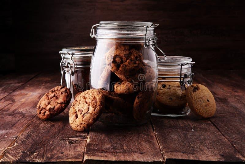 Czekoladowi ciastka w szklanym słoju na białym tle fotografia stock