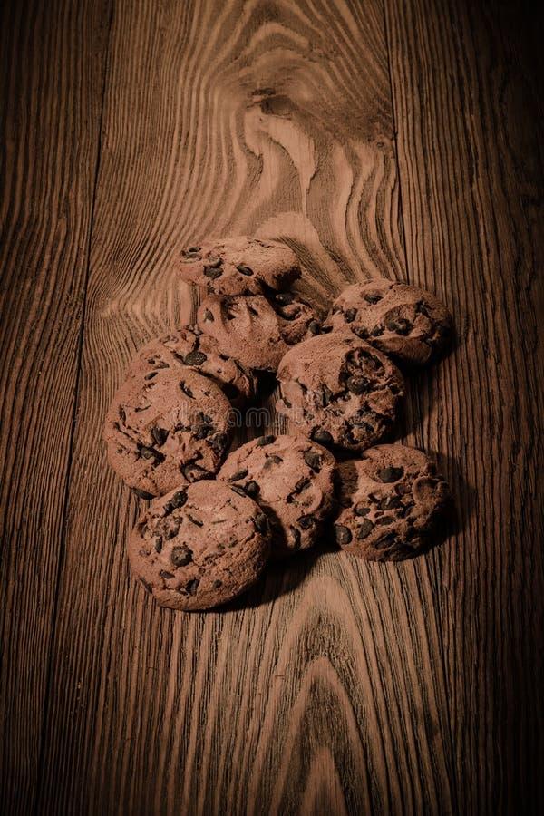 Czekoladowi ciastka z czekoladą na drewnianym tle 1 zdjęcie royalty free