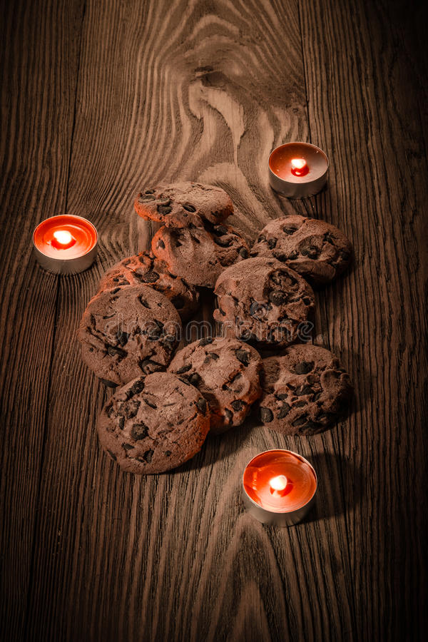 Czekoladowi ciastka z czekoladą na drewnianym tle z świeczkami 1 zdjęcie royalty free
