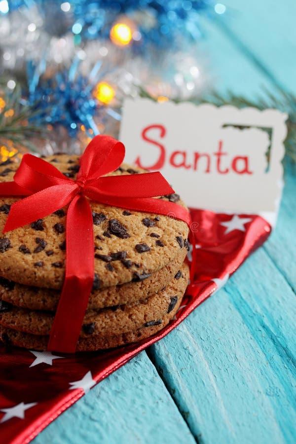 Czekoladowi ciastka z kartą która mówi Santa zdjęcie stock