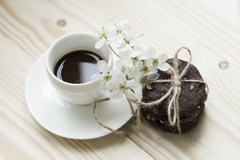 Czekoladowi ciastka z kawy i wiosny kwiatami obrazy royalty free