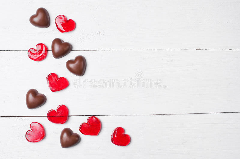 Czekoladowi cukierki i czerwoni lizaki obrazy stock