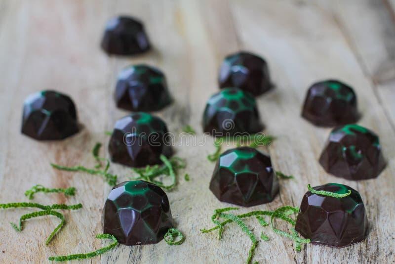 Czekoladowi cukierki na desce zdjęcie royalty free