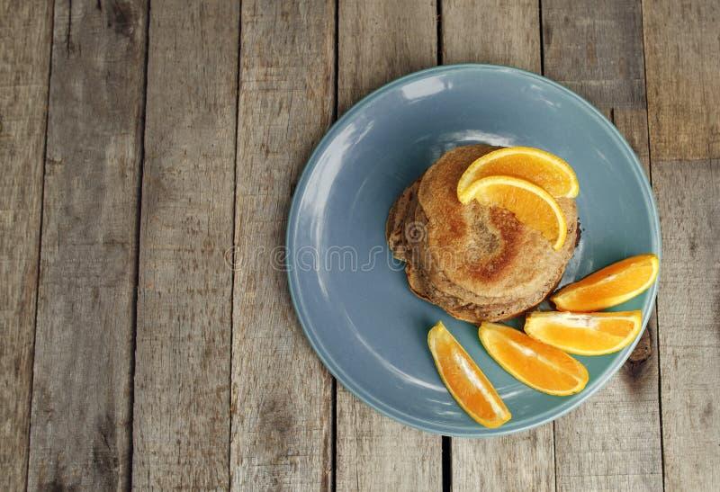 Czekoladowi domowej roboty bliny z plasterkami pomarańcze fotografia royalty free