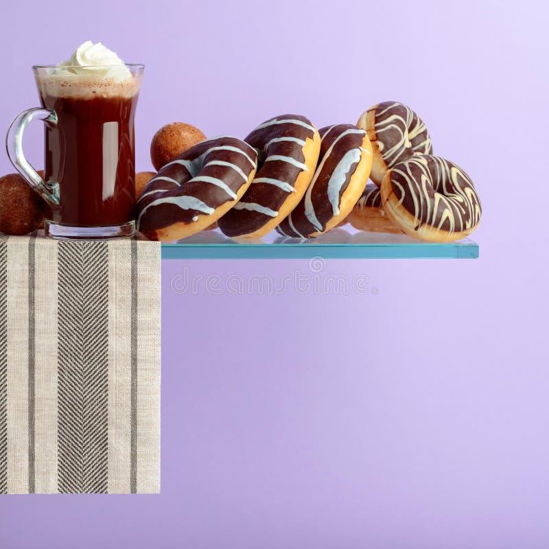 Czekoladowi donuts i gorąca czekolada z śmietanką obrazy royalty free