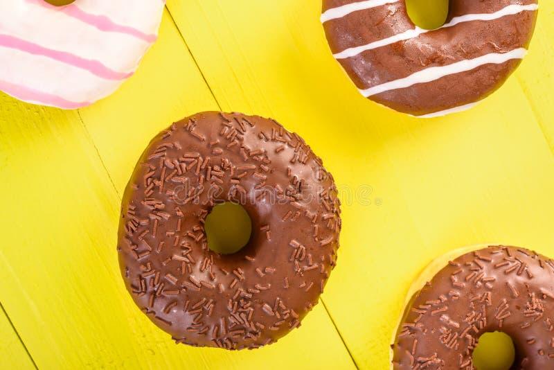 Czekoladowi Donuts Na Żółtym tle fotografia royalty free