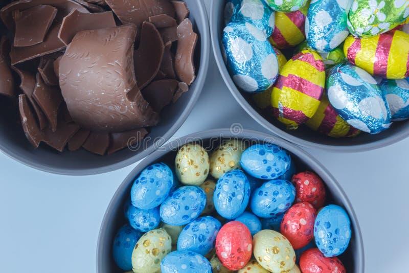 Czekoladowi Easter jajka i kawałki czekoladowy Easter królik obraz royalty free