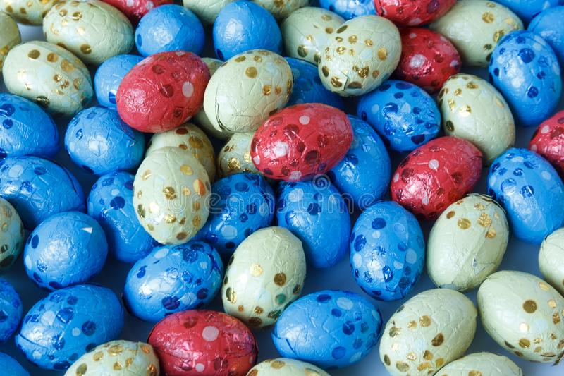 Czekoladowi Easter jajka zawijający w blaszanej folii fotografia royalty free