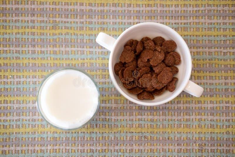Czekoladowi kukurydzani płatki słuzyć z świeżym mlekiem zdjęcie royalty free