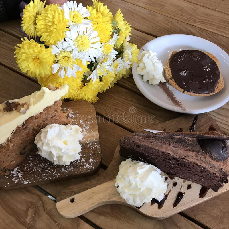 Czekoladowi Marchwianego torta kwiaty obrazy royalty free