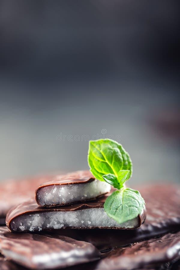 Czekoladowi Miętowi ciastka Mennica miętówka mentol Czarna czekolada z miętową śmietanką Czarna czekolada z nowym farszem zdjęcie stock