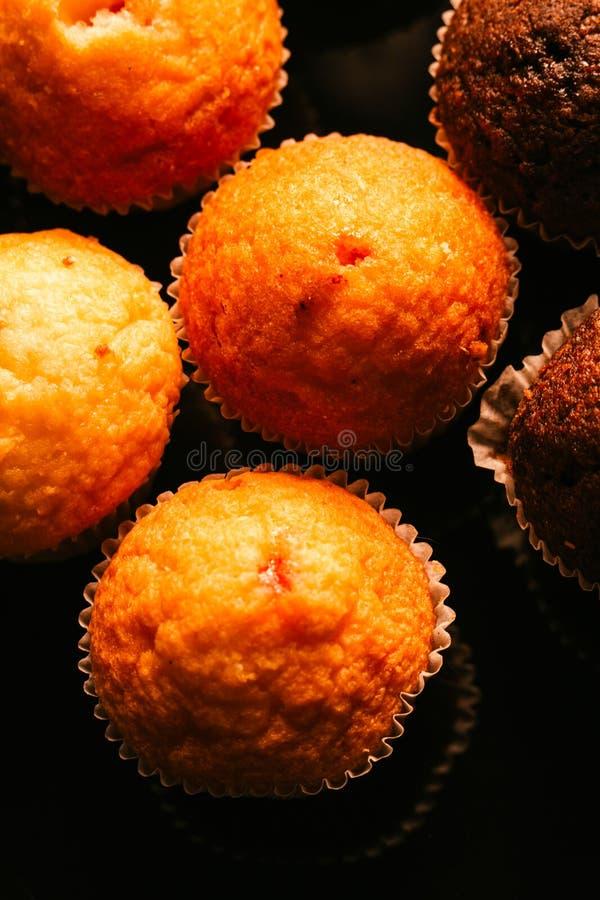 Czekoladowi muffins z dokrętkami na ciemnym tle, selekcyjna ostrość obraz stock