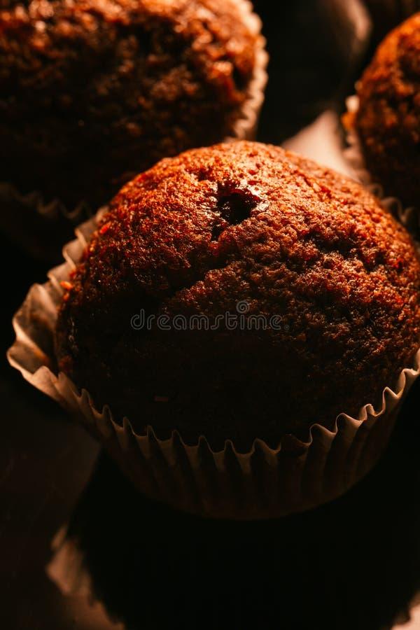 Czekoladowi muffins z dokrętkami na ciemnym tle, selekcyjna ostrość fotografia stock