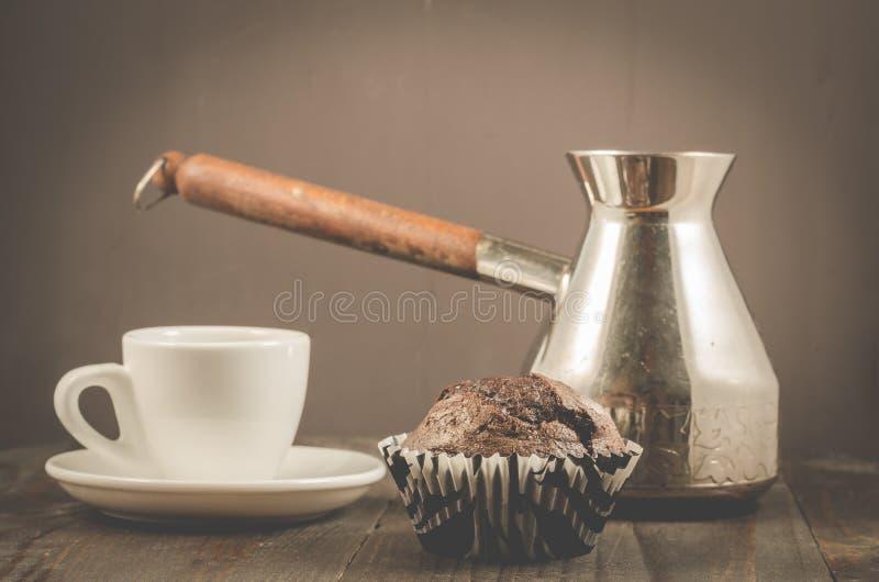 czekoladowi słodka bułeczka, czekoladowi słodka bułeczka, filiżanka i turkowie na drewnianym ciemnym tle, filiżanki i turks/, obrazy stock