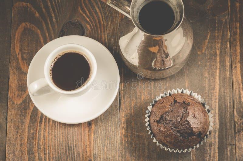 czekoladowi słodka bułeczka, czekoladowi słodka bułeczka, filiżanka i turkowie na drewnianym tle, filiżanki i turks/, odgórny wid obrazy stock