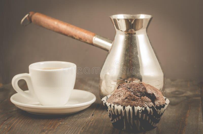 czekoladowi słodka bułeczka, filiżanka i turkowie,/czekoladowi słodka bułeczka, filiżanka i turkowie na drewnianym tle, selekcyjn zdjęcie stock