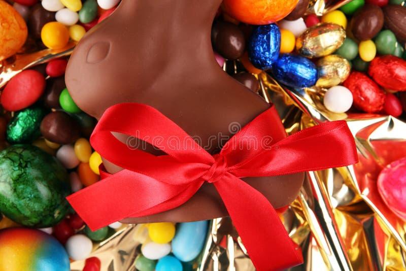 Czekoladowi Wielkanocni jajka i czekoladowi cukierki królika i kolorowych obrazy royalty free