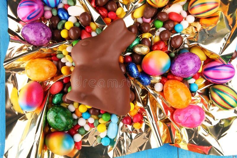 Czekoladowi Wielkanocni jajka i czekoladowi cukierki królika i kolorowych obraz royalty free
