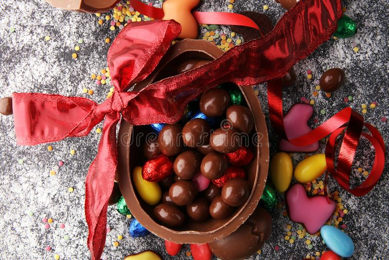 Czekoladowi Wielkanocni jajka z kolorów tasiemkowymi łękami na rocznika backgrou obraz royalty free