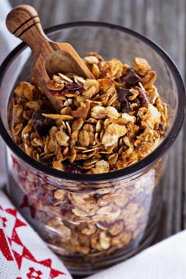 Czekoladowy śniadaniowy granola w słoju obrazy royalty free