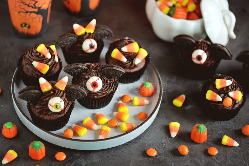 Czekoladowy babeczki ` uderza ` - wyśmienicie piekarnia cukierki dla świętowania Halloween fotografia royalty free
