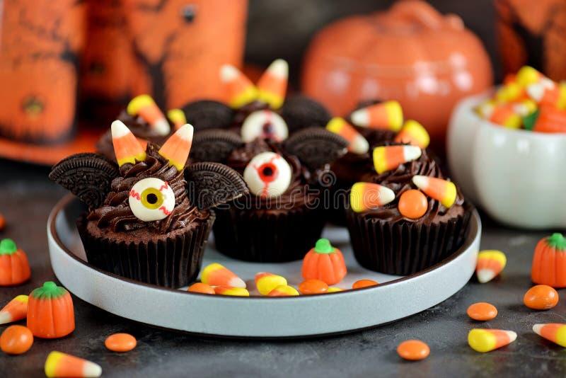 Czekoladowy babeczki ` uderza ` - wyśmienicie piekarnia cukierki dla świętowania Halloween zdjęcie royalty free