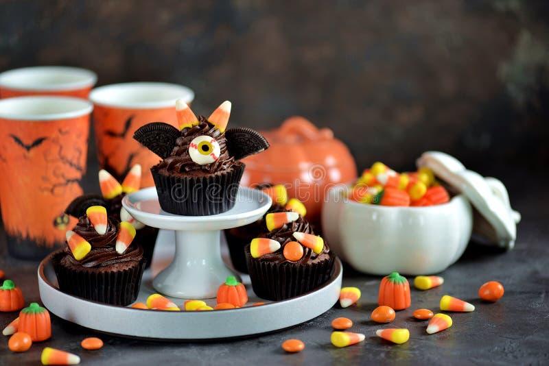 Czekoladowy babeczki ` uderza ` - wyśmienicie piekarnia cukierki dla świętowania Halloween obrazy royalty free