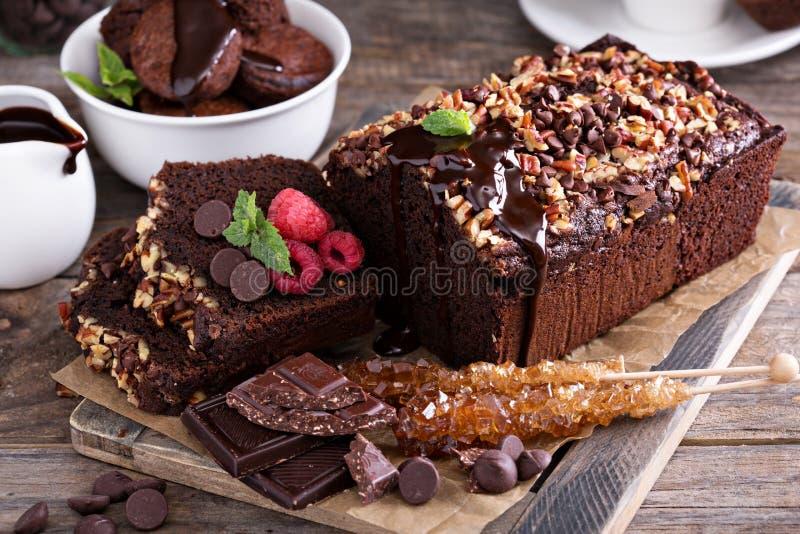 Czekoladowy bochenka tort z dokrętkami obraz royalty free