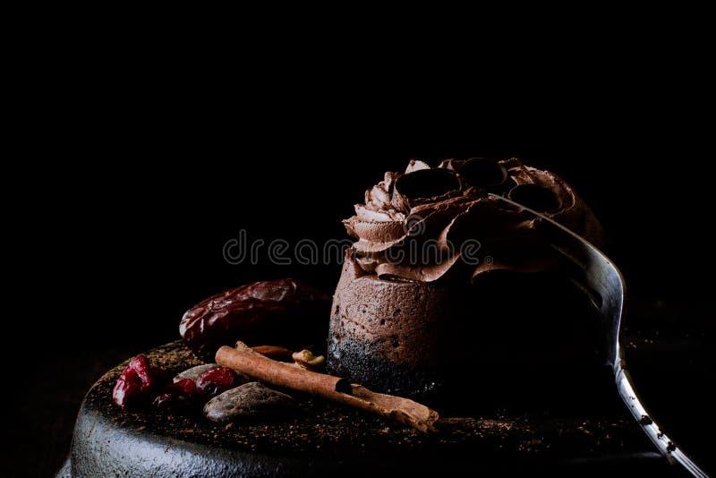 Czekoladowy cheesecake z datami i cranberries obraz royalty free