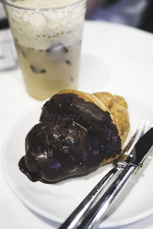 Czekoladowy croissant i kawa fotografia royalty free