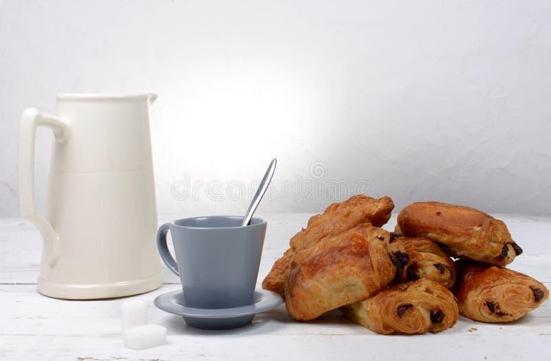 Czekoladowy croissant na białym stole zdjęcie royalty free