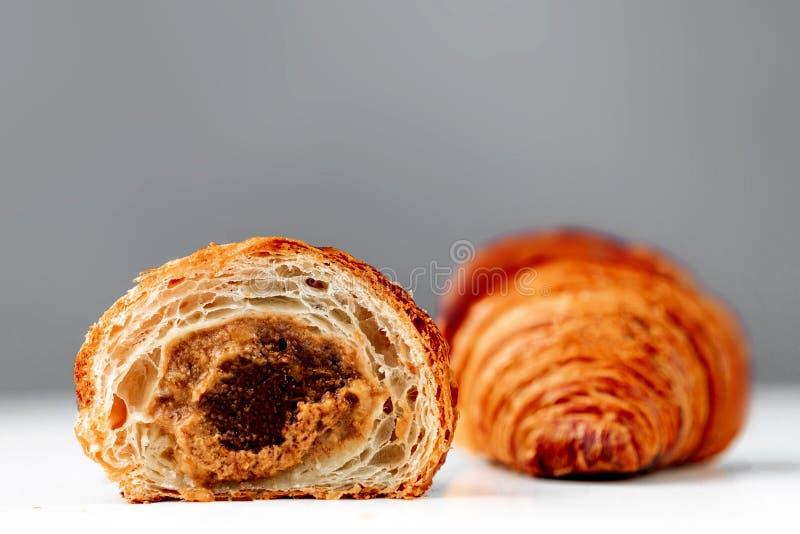 Czekoladowy croissant z karmel polewami na jaskrawym tle zdjęcia stock