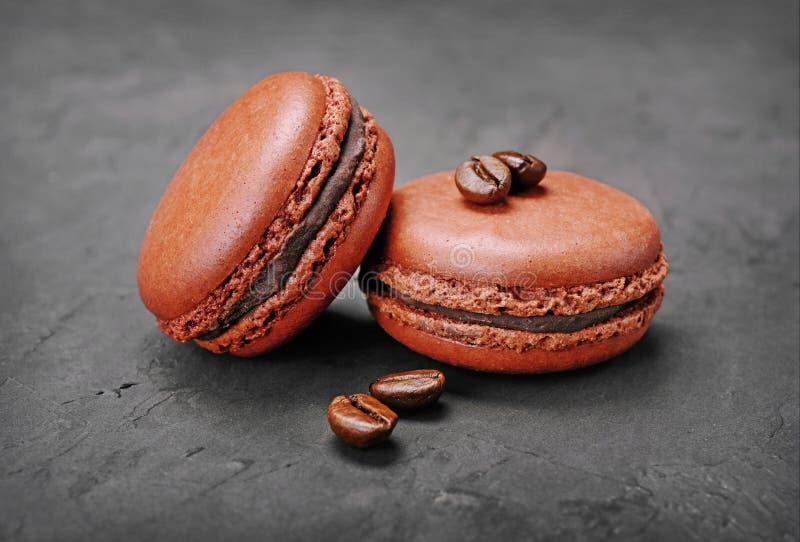 czekoladowy fondant francuza pudding Słodcy brown czekoladowi macaroons lub macarons z kawowym smakiem i fasolami fotografia stock