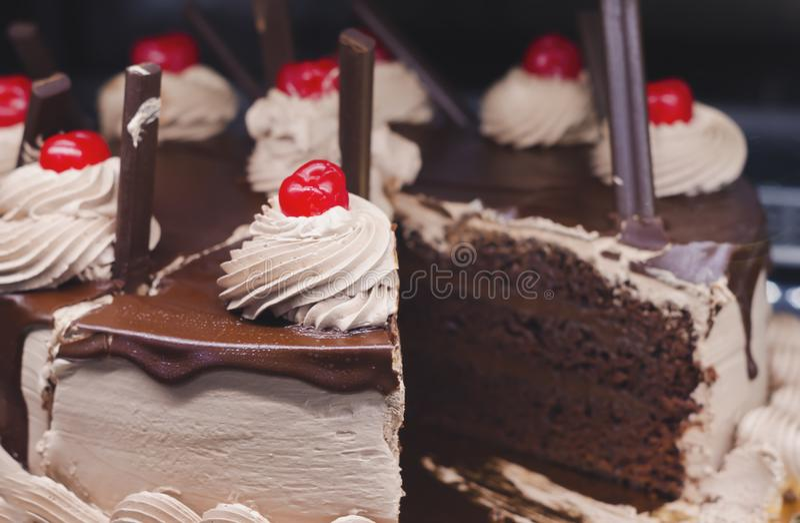 Czekoladowy gąbka tort dekorował z śmietankami i wiśniami zdjęcia royalty free