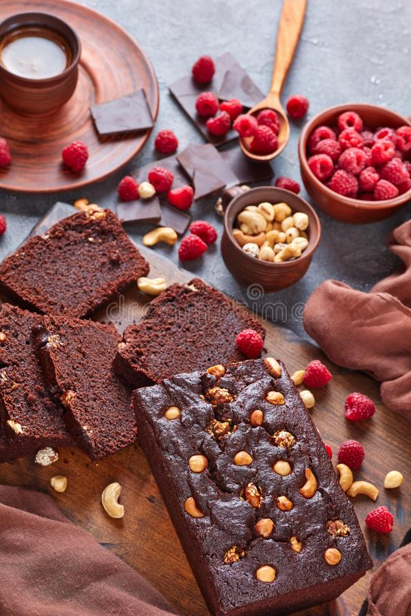 Czekoladowy gryka funta tort z dokrętkami zdjęcia royalty free