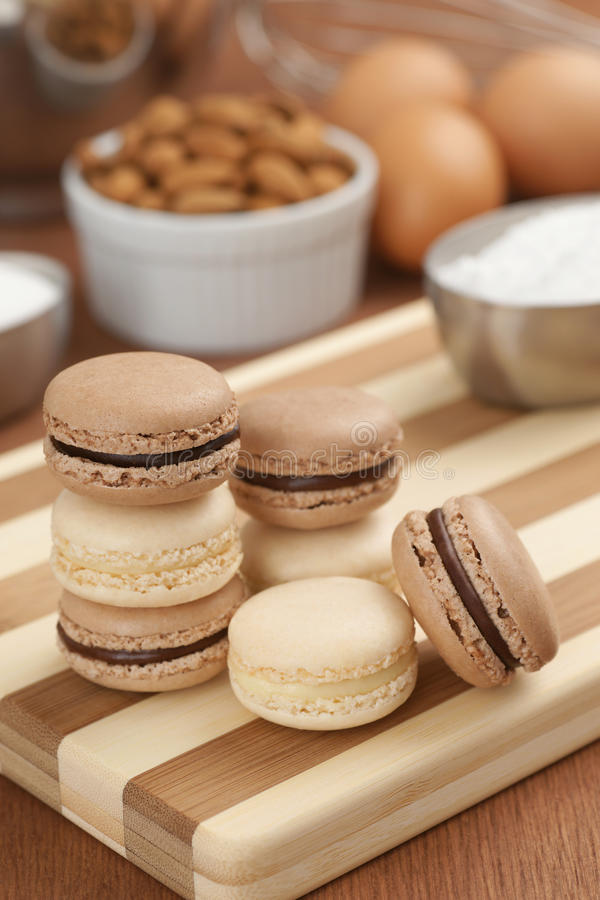 Czekoladowy i Waniliowy Macarons z składnikami fotografia royalty free